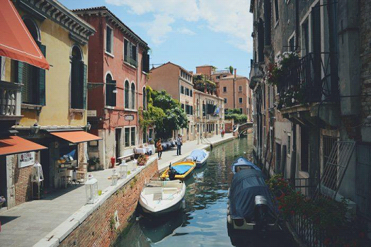 When and how much time is it advisable to spend to visit Venice?